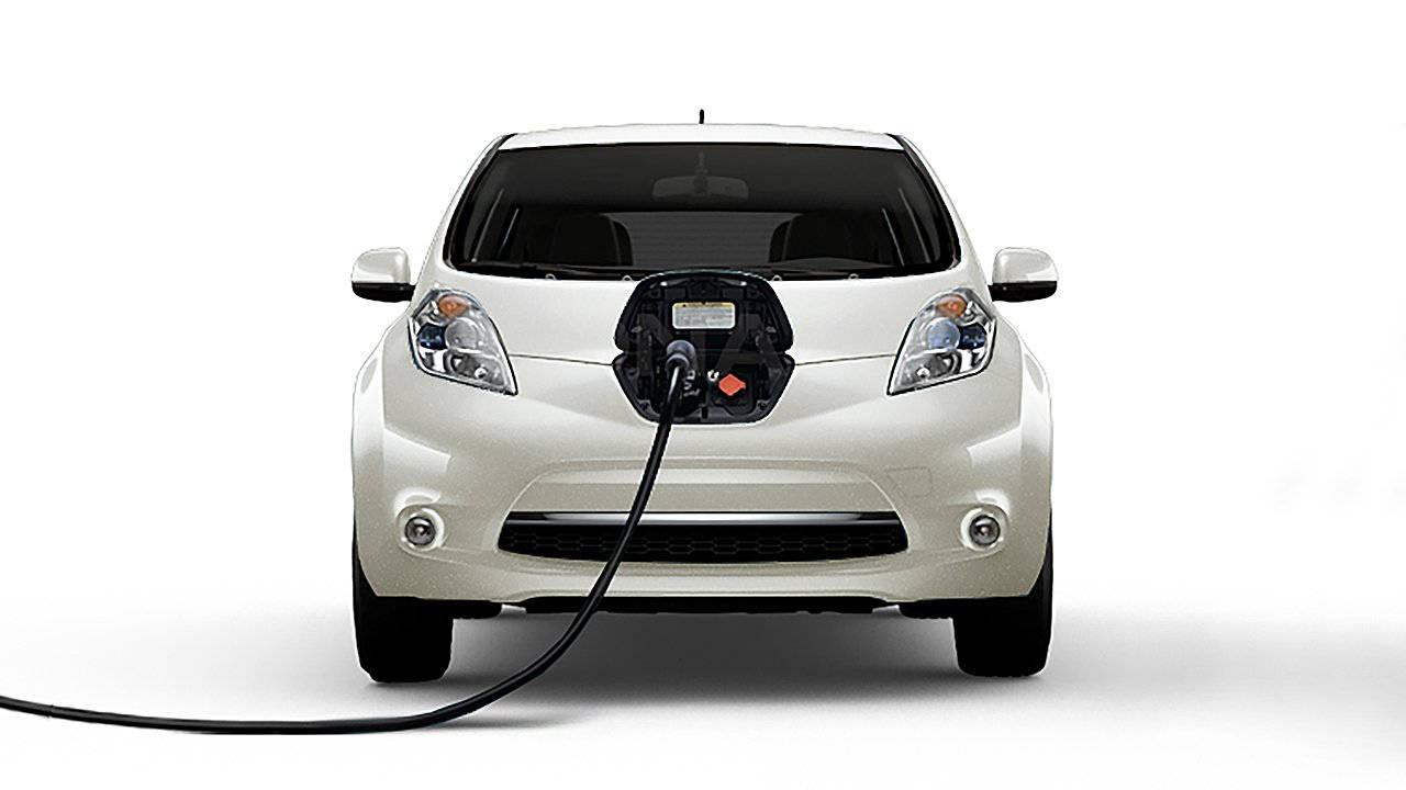 2017-nissan-leaf-electric-car-charging-01-large