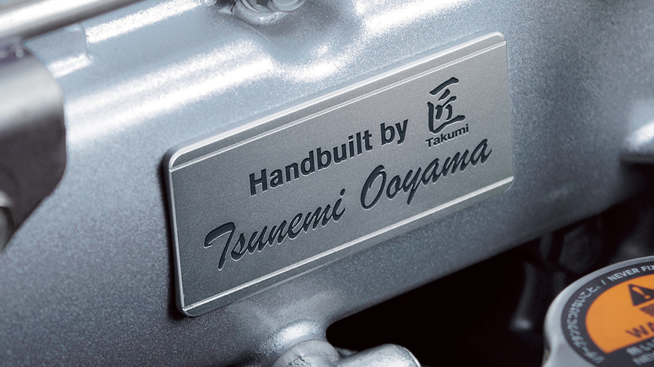 2017-nissan-gtr-hand-built-engine